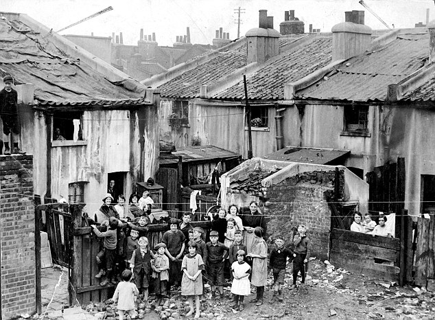 [London slums 14/8/1925 Corner of Dupont-Street. ]