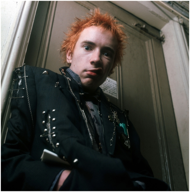 [Johnny Rotten outside Glitterbest office – 1976, Photo Ray Stevenson ]